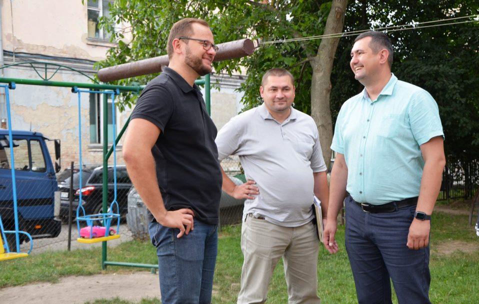 На Ковельській в Луцьку активно ремонтують двір. ФОТО