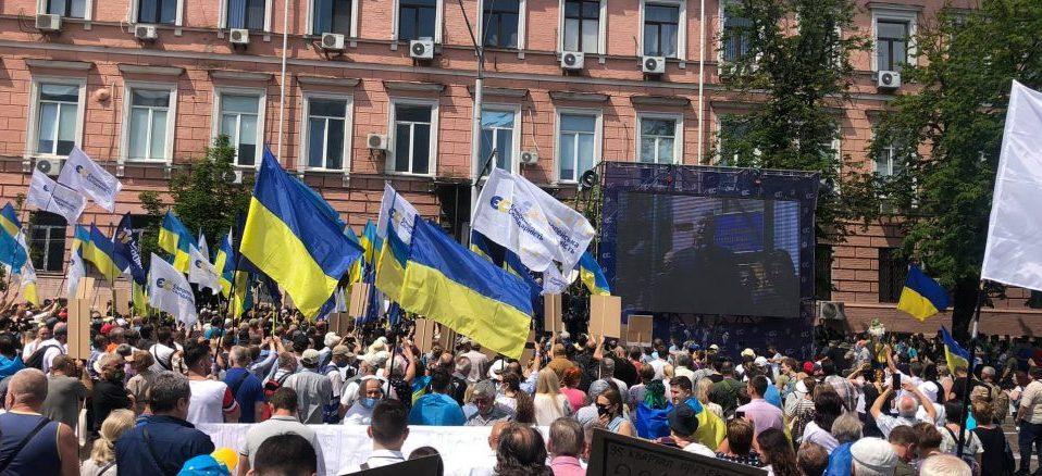 Під стінами Печерського суду в Києві тисячі людей влаштували акцію