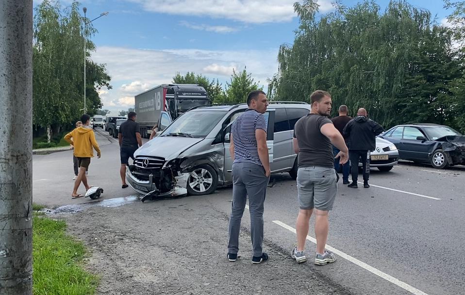 Аварія у селі під Луцьком: зіткнулися легковик та мікроавтобус. ВІДЕО