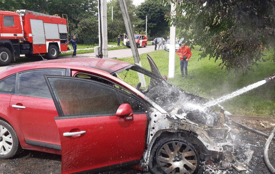 Посеред дороги біля Луцька загорівся автомобіль. ВІДЕО