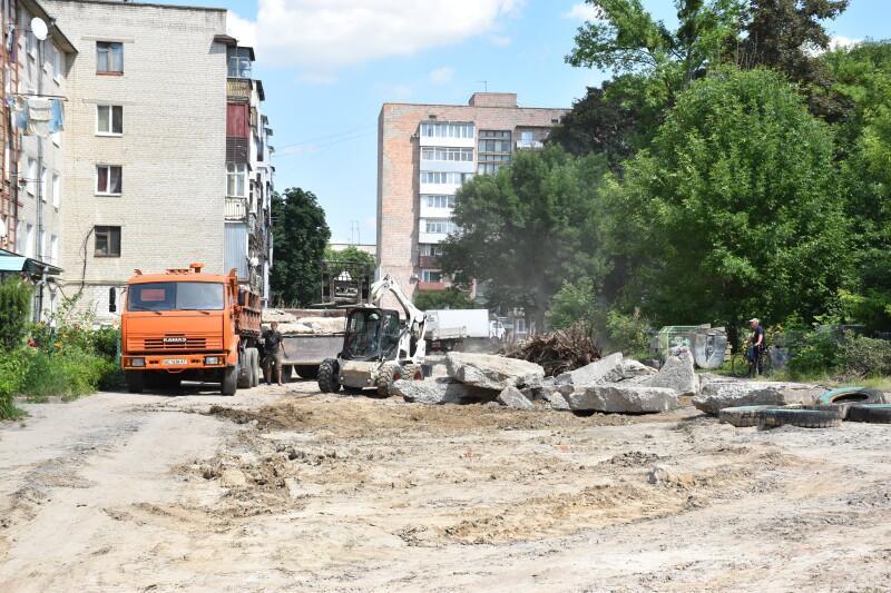 Як ремонтують одну з найбільших прибудинкових територій Луцька. ФОТО