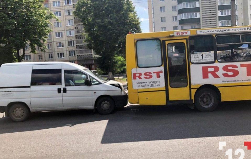 У Луцьку мінівен в'їхав у маршрутку. ФОТО