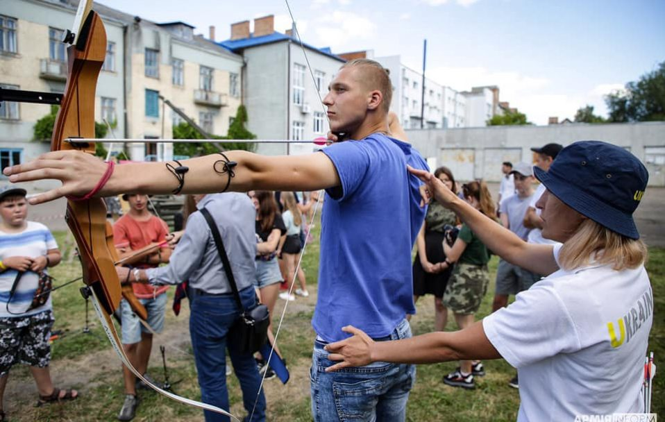 Як у Луцьку молодь вчили стріляти з лука. ВІДЕО