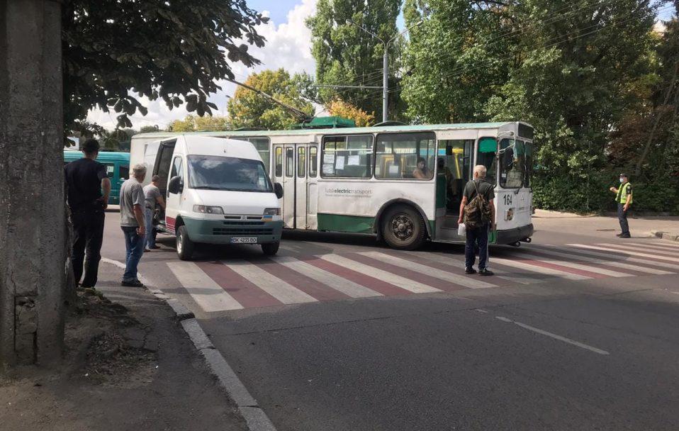 У Луцьку – аварія за участю тролейбуса. ФОТО
