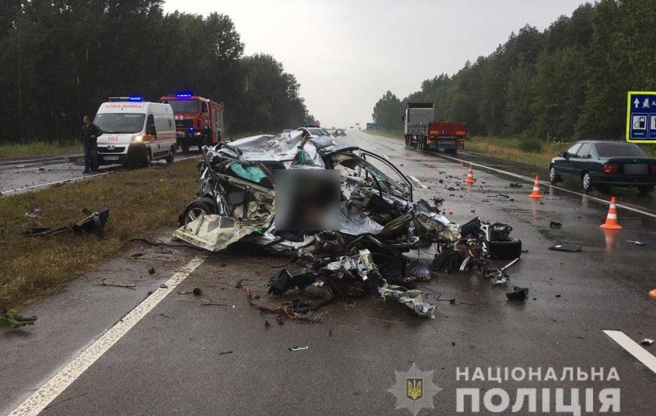 Смертельна аварія на Волині: зіткнулися вантажівка та легковик. ФОТО