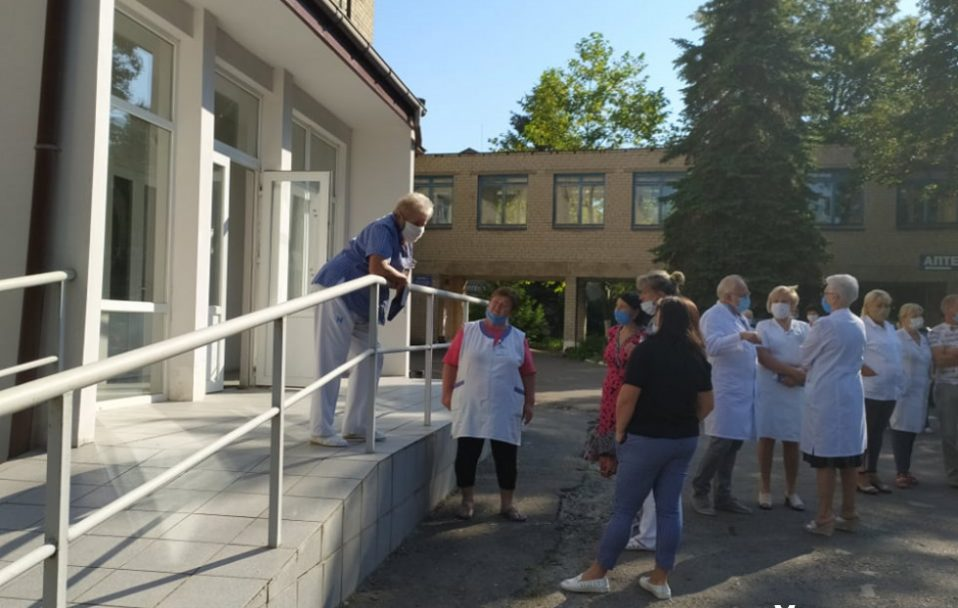 Працівники психлікарні у Луцьку вийшли на акцію протесту. ФОТО