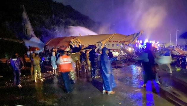 В Індії літак розламався навпіл: 14 людей загинули. ФОТО