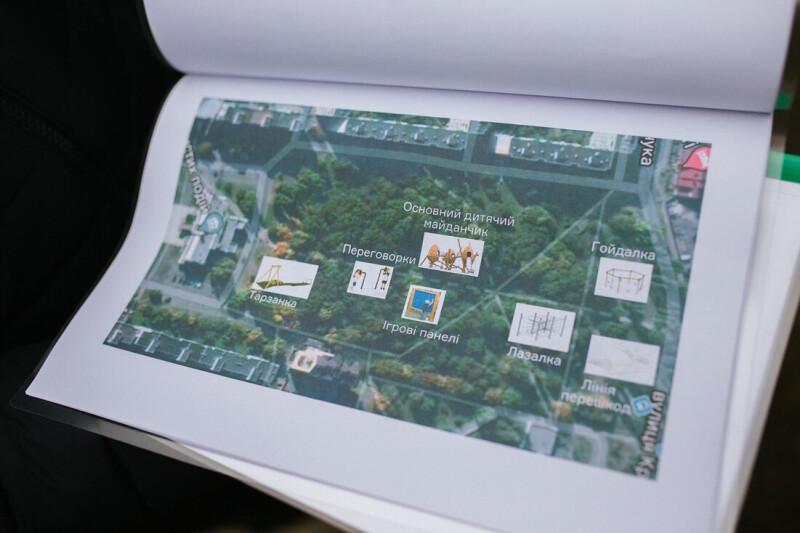У парку за РАЦСом в Луцьку облаштують новенький дитячий майданчик. ФОТО