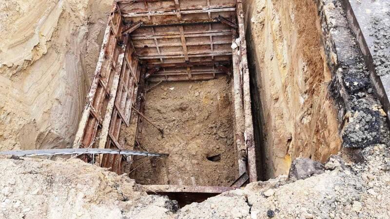 Біля історичного факультету у Луцьку – обвал труби на 6-метровій глибині. ФОТО