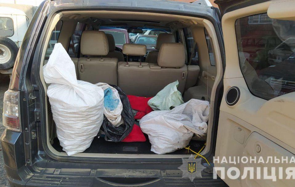 У джипі 21-річного волинянина знайшли чотири мішки бурштину. ФОТО