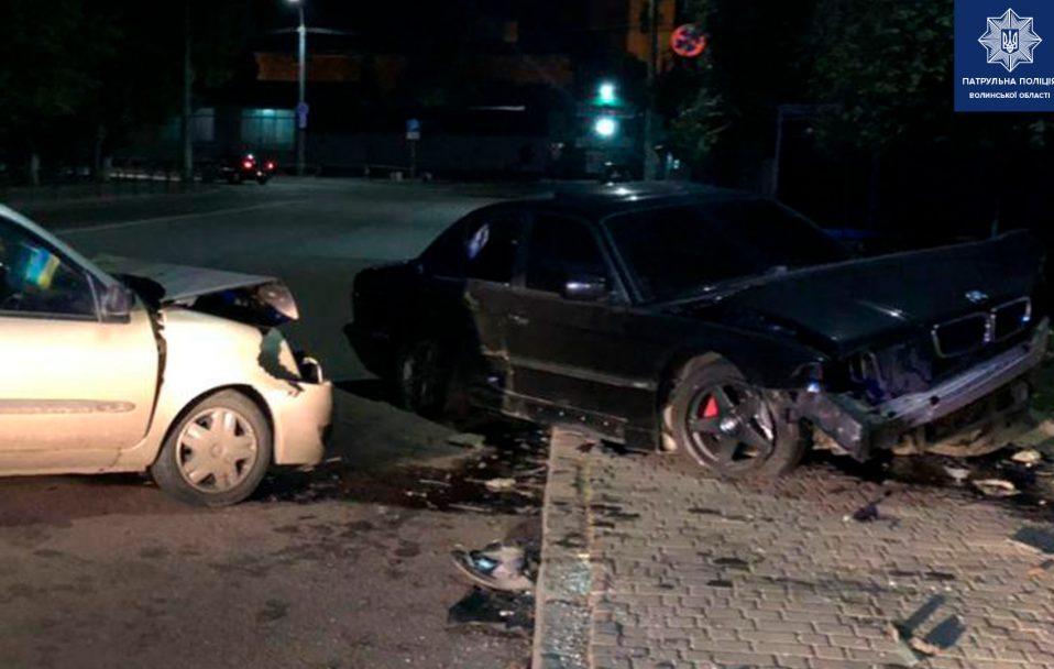 У Луцьку водій BMW вилетів на зустрічну, врізався у Renault і втік. ФОТО