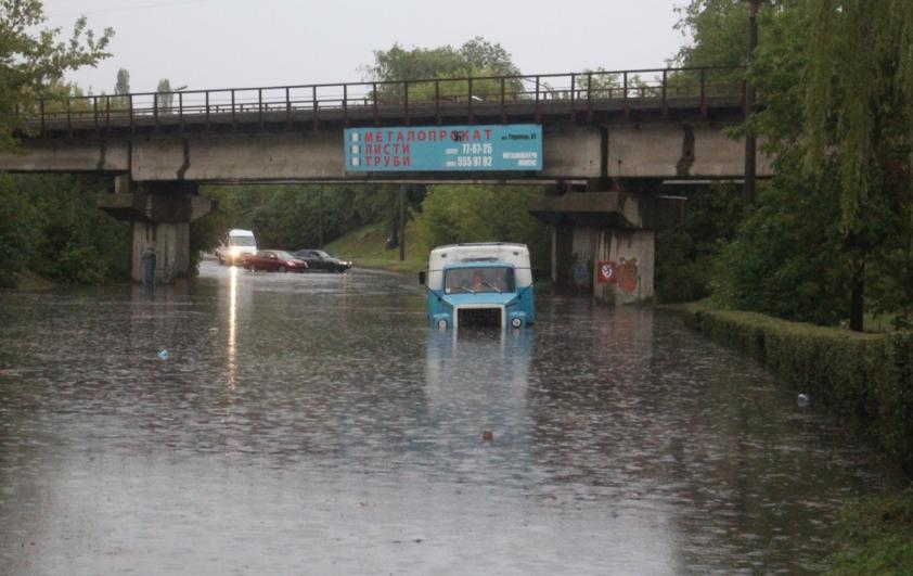 """За рік витратили майже 3 мільйони гривень, аби Луцьк не """"тонув"""" після дощу. ВІДЕО"""