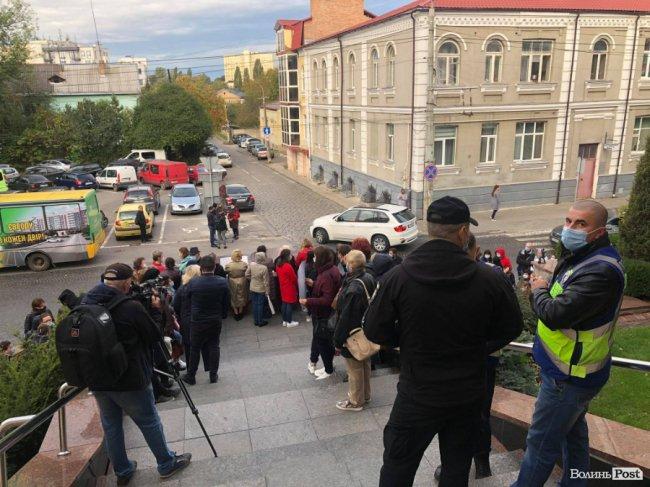 Під Луцькрадою мітингують працівники пологового. ФОТО
