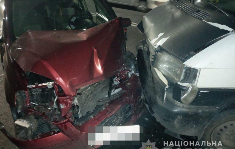 У Луцьку зіткнулися Volkswagen і Chevrolet: один з водіїв – у реанімації. ФОТО