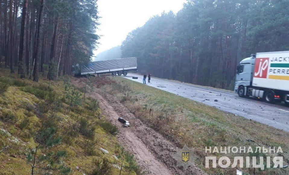 У селі на Волині – смертельна ДТП: особу загиблого водія встановлюють. ФОТО