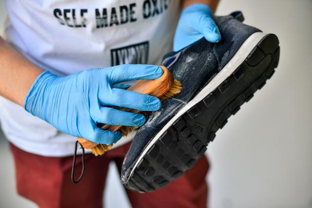 Як почистити замшеве взуття: поради луцького майстра