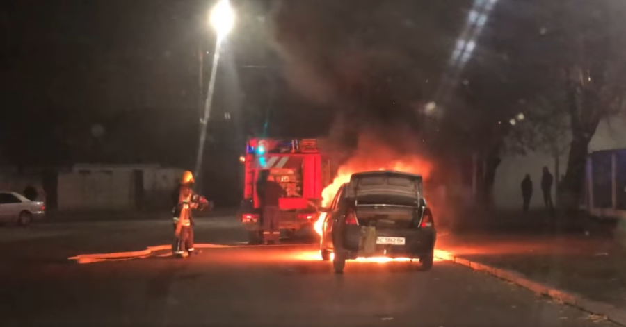 У Луцьку вночі вщент згоріло авто. ВІДЕО