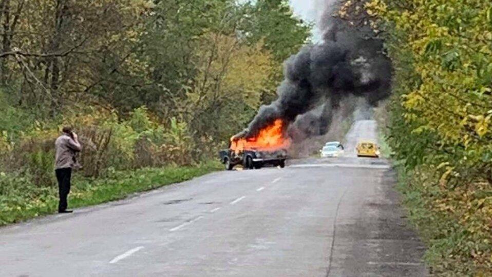 На Волині на ходу загорілася машина. ВІДЕО