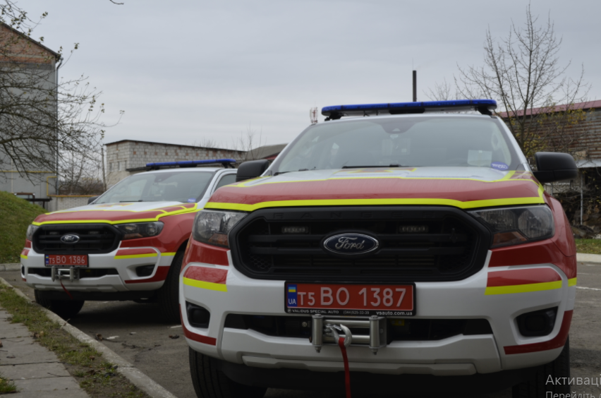 """Рятувальники на Волині отримали ще дві """"нафаршировані"""" автівки Ford Ranger. ФОТО"""