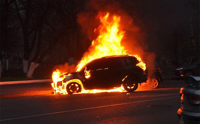 Лучанин облив бензином і підпалив чуже авто