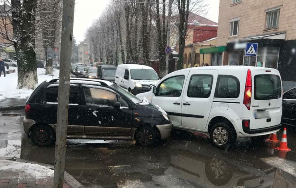 """ДТП у центрі Луцька: п'яний водій """"Daewoo"""" врізався у """"Renault"""". ФОТО"""