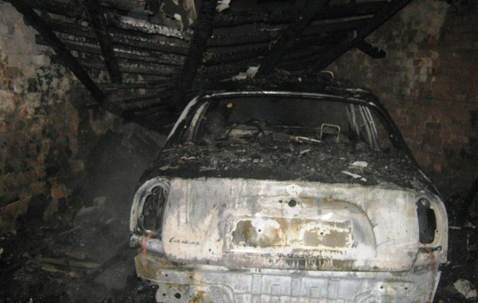 Вибух у Луцьку: автівка і гараж згоріли вщент