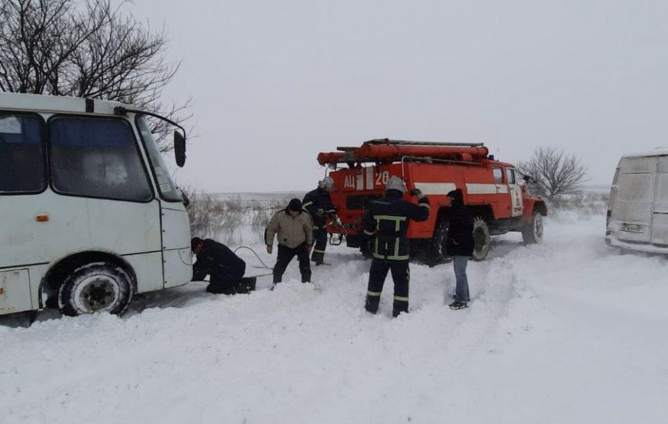У Луцькому районі маршрутка застрягла у сніговому заметі. ФОТО
