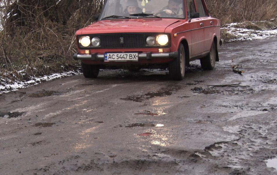 Через жахливу дорогу у волинське село відмовляються їздити маршрутки. ВІДЕО