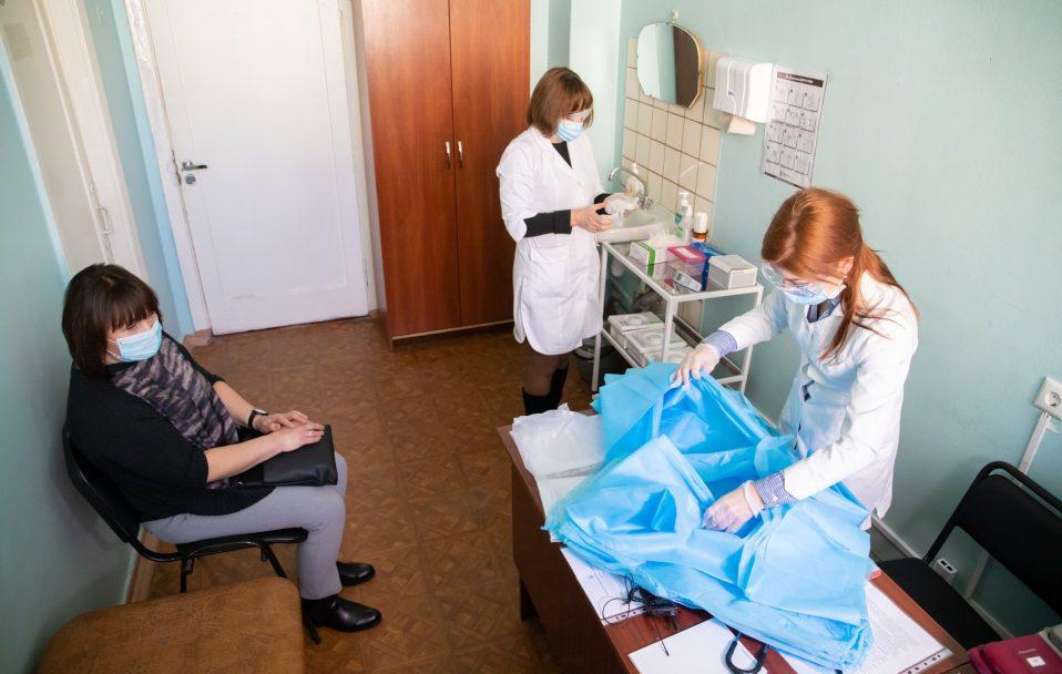 В Україні за добу коронавірус виявили у 5 676 людей. На Волині – ще 107 хворих