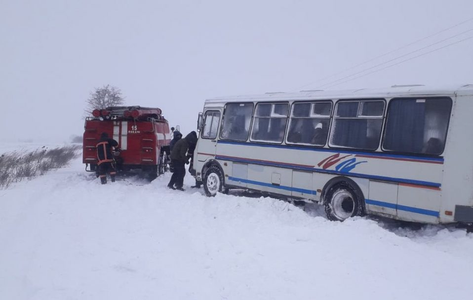 На Волині автобус із школярами потрапив у снігову пастку. ВІДЕО