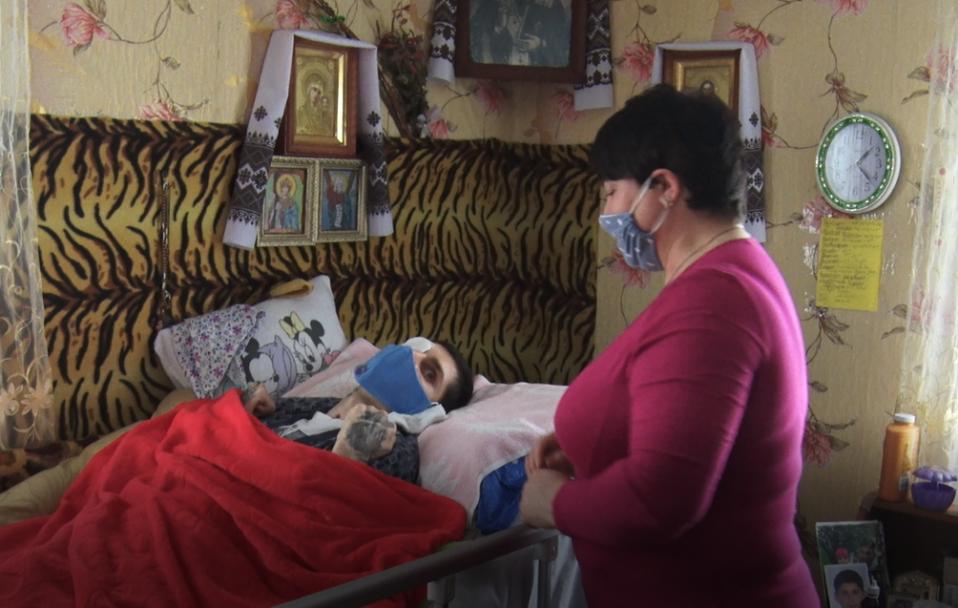 Волинянка, яка доглядає прикутого до ліжка сина, просить про допомогу. ВІДЕО