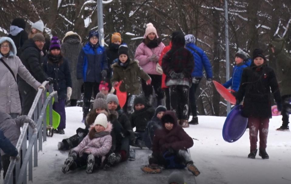 Аншлаг на гірках: у Луцьку влаштували справжні зимові розваги. ВІДЕО