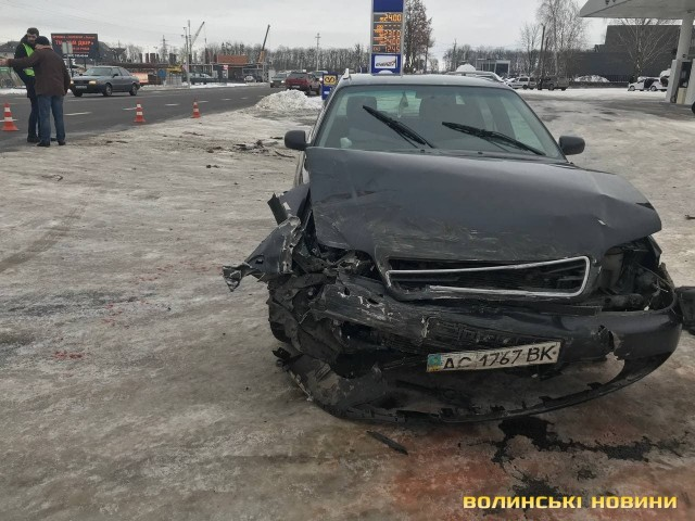 Автівка відлетіла у паркан: у ДТП біля Луцька постраждали троє людей. ФОТО