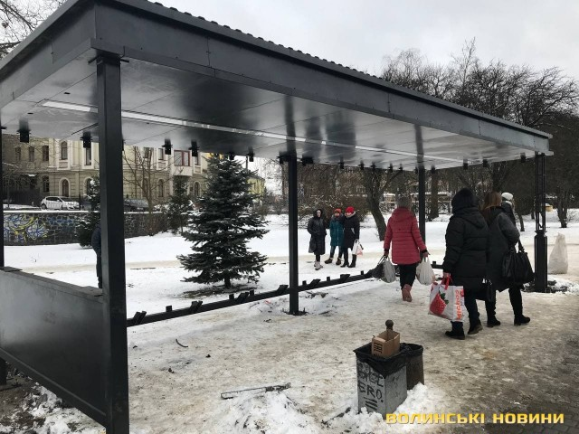 "У Луцьку встановлюють ще одну ""розумну"" зупинку. ФОТО"