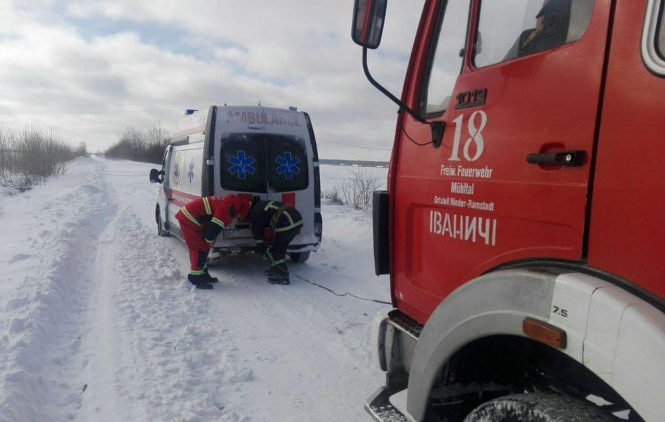 """У вихідні в снігових заметах застрягли три """"швидкі"""", 13 вантажівок і три автобуси. ФОТО. ВІДЕО"""