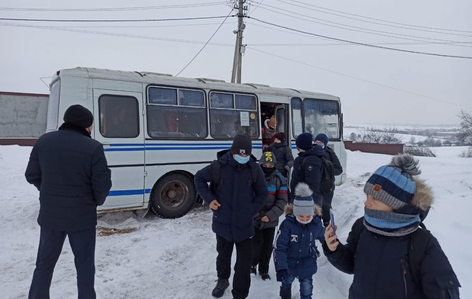 У селі на Волині автобус із школярами потрапив у снігову пастку. ФОТО