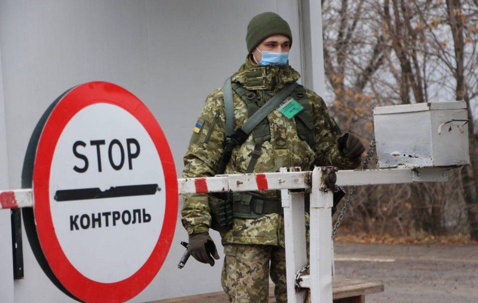 На Донбасі військовий стріляв у авто, що проривалося через блокпост. Водій загинув, пасажир – поранений
