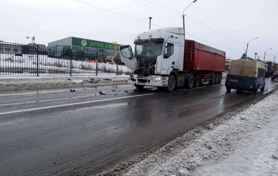 У селі біля Горохова зіткнулися дві вантажівки. ФОТО