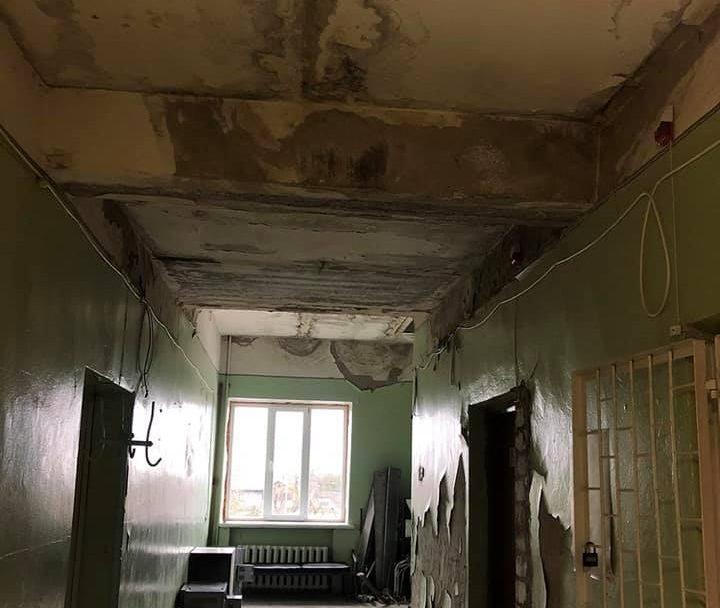 Обдерті стіни і пліснява на стелі: показали жахіття у приміщенні волинської лікарні. ФОТО