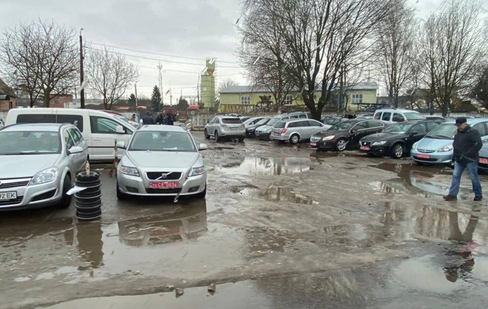 Муніципали візьмуться за луцький авторинок: обіцяють штрафувати горе-паркувальників. ФОТО