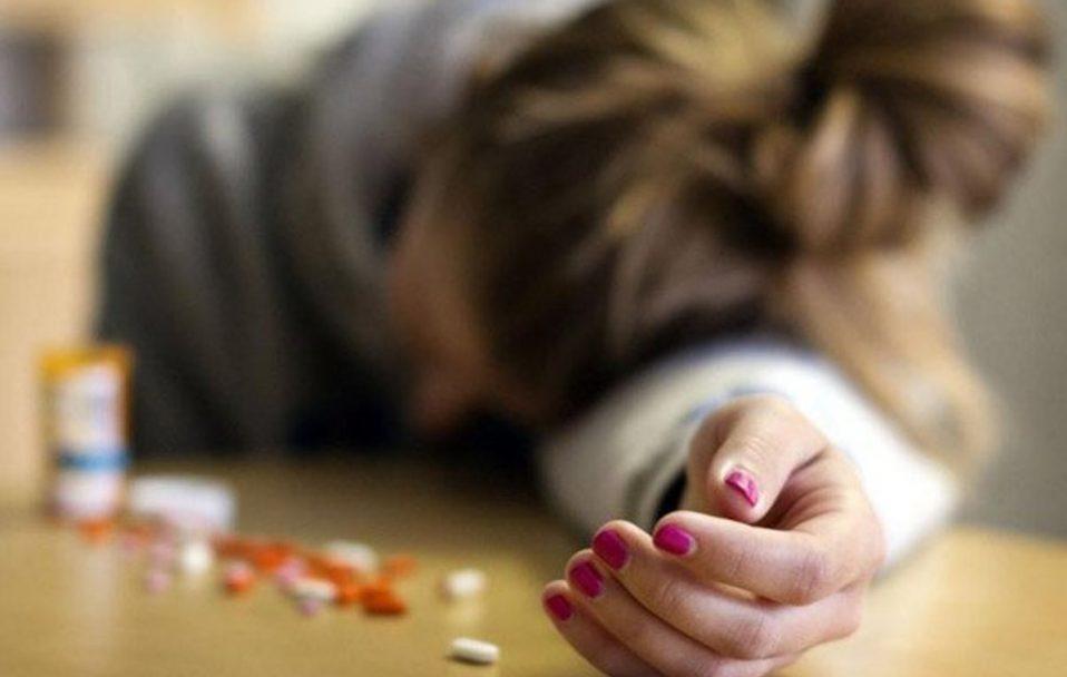 На Київщині двоє школярок отруїлися таблетками: одна померла, інша – у важкому стані