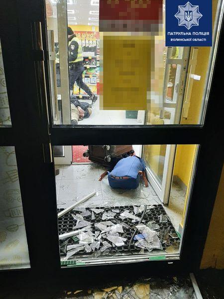 У Луцьку іноземець посеред ночі розтрощив двері і вдерся до магазину. ФОТО