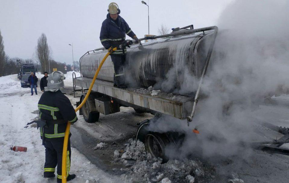На Волині посеред дороги загорілося колесо молоковоза. ФОТО. ВІДЕО