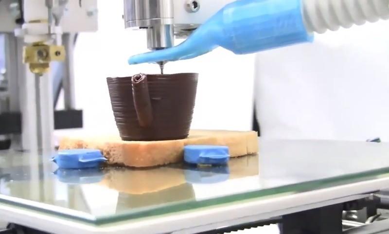 У Луцьку запрацювала лабораторія, де друкують машини, посуд і зуби. ВІДЕО