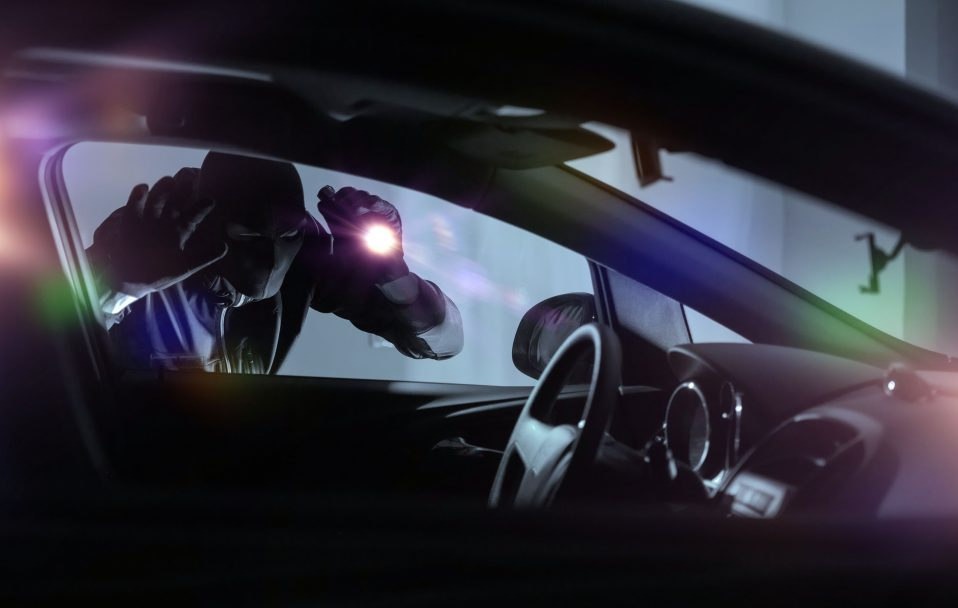 """На Волині злодій хотів вкрасти авто. Власник його зловив """"на гарячому"""""""