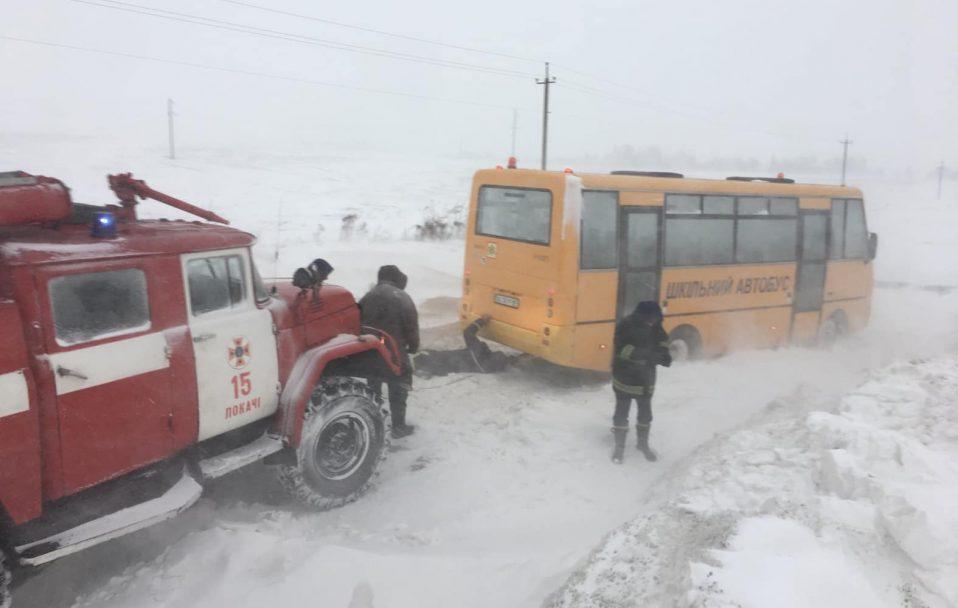 У сніговому заметі на Волині застряг шкільний автобус. ВІДЕО