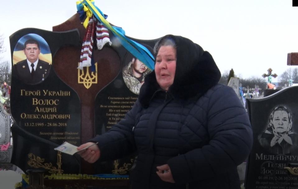 Водій луцької маршрутки попросив вибачення у матері Героя на могилі її сина. ВІДЕО
