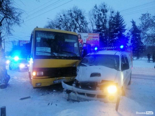 У Луцьку – аварія за участю маршрутки: постраждали двоє людей. ФОТО