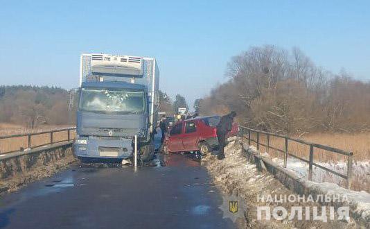 Лучанин за кермом легковика влетів у вантажівку: троє людей опинилася в лікарні. ФОТО