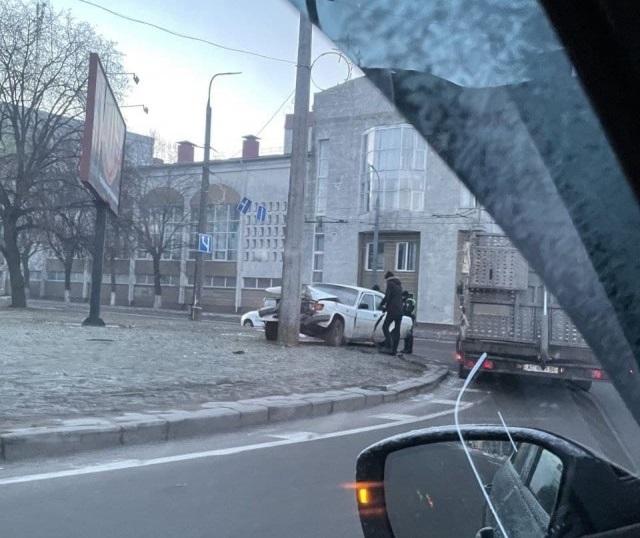 """У Луцьку """"Волга"""" врізалася в стовп. ФОТО"""